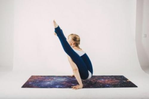 Поза светлячка в йоге или Титтибхасана: упражнение на баланс и силу для продвинутых