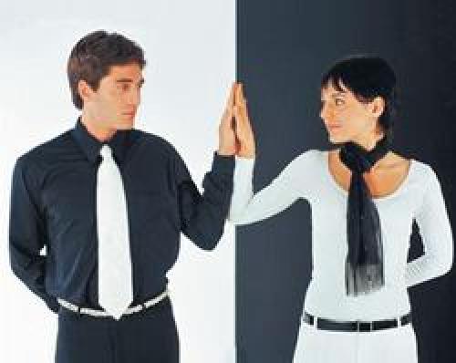 Мужчина трогает женщине живот. Психологи: Язык жестов поможет понять, насколько хороши ваши отношения