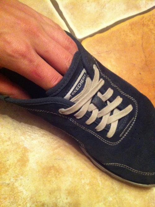 Нужно ли прятать шнурки