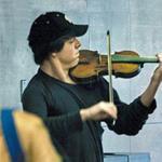 Холодным январским утром на станции метро Вашингтона расположился мужчина и стал играть на скрипке.