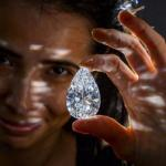 Один бизнесмен купил огромный алмаз в южной Африке, который был величиной с желток куриного яйца.